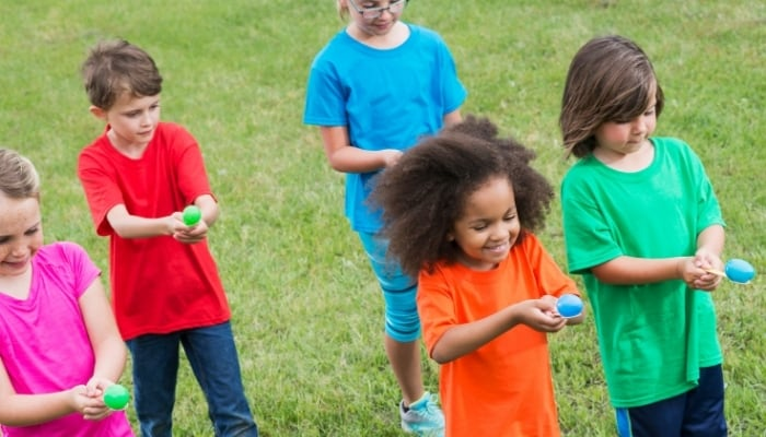kids playing egg and spoon race